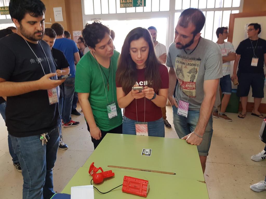 Participantes del evento desactivando la bomba que desbloquearía la entrega de premios.